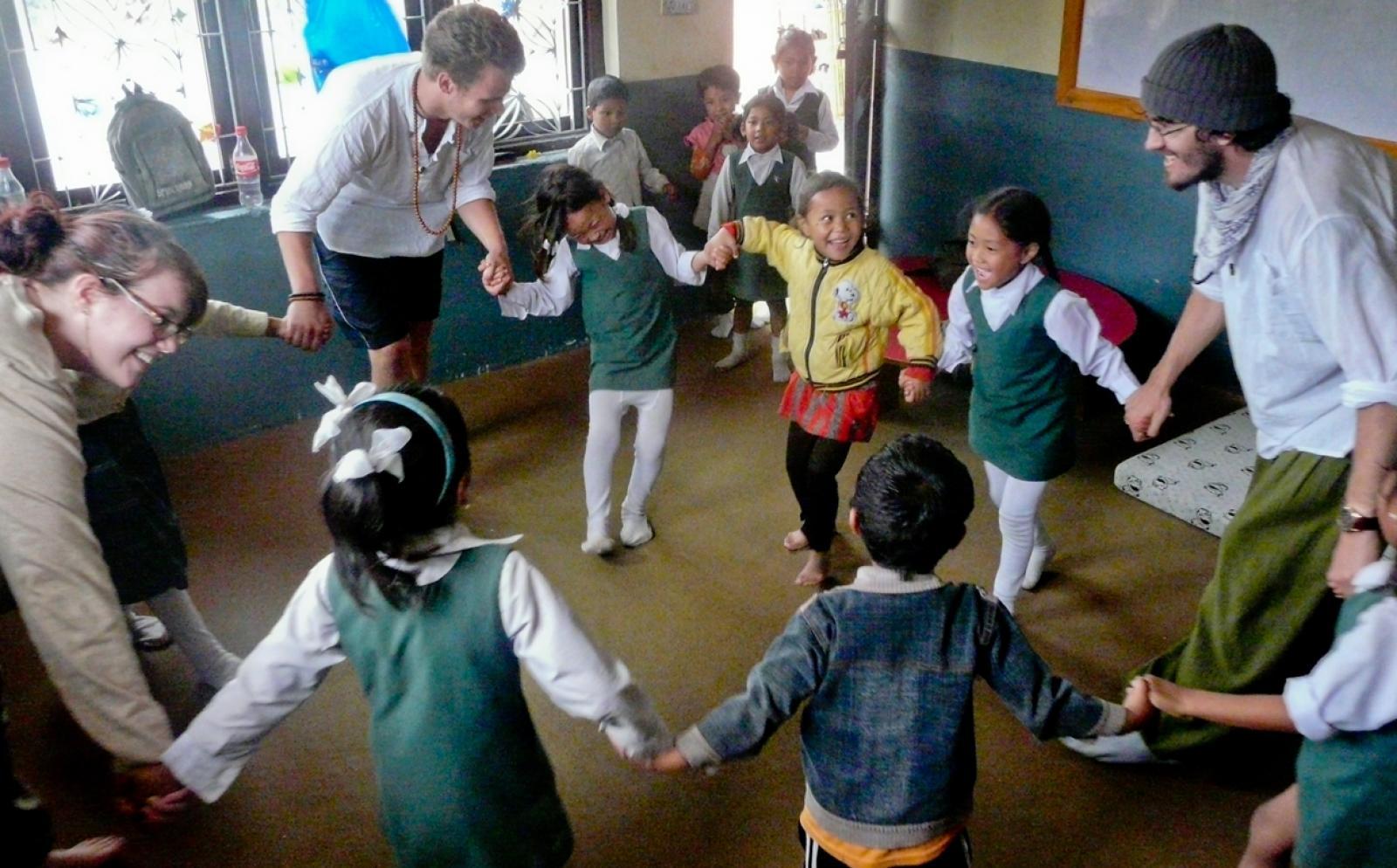 ネパールの子供たちとアクティビティを行うチャイルドケアボランティア